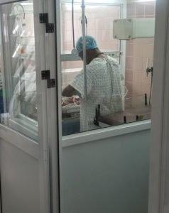 Le staff médical de l'Hopital Ngaliema entrain de prendre en charge les bb dans le nouveau Box 2
