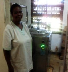 infirmière à coté de nouvel Autoclave St Luc Kisantu